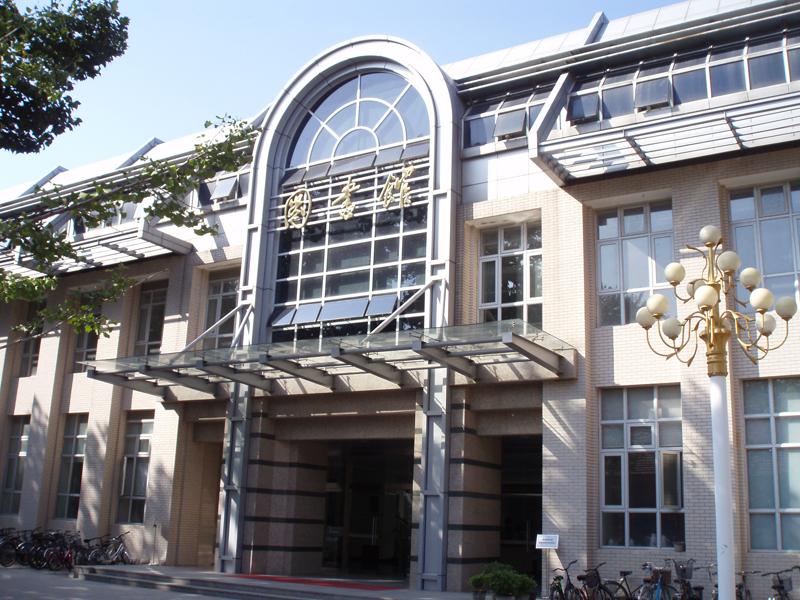 中国矿业大学是教育部直属的全国重点高校、国家211工程和985优势学科创新平台项目建设高校,同时也是教育部与江苏省人民政府、国家安全生产监督管理总局共建高校。作为一所具有一百多年办学历史、特色鲜明的多科性研究型高水平大学,对我国煤炭能源行业和地方经济社会发展发挥着不可替代的引领和支撑作用。1960年和1978年,学校先后两次被确定为全国重点高校,为全国首批具有博士和硕士授予权的高校之一,学校设有研究生院。学校坐落于素有五省通衢之称的国家历史文化名城江苏省徐州市,校园占地面积4413亩(文昌校